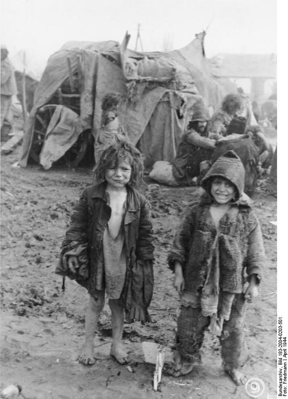 Russland, zerlumpte Sinti und Roma-Kinder im Schlamm