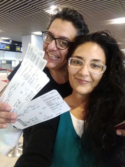 Con nuestros billetes, en el aeropuerto de Madrid y sin dormir