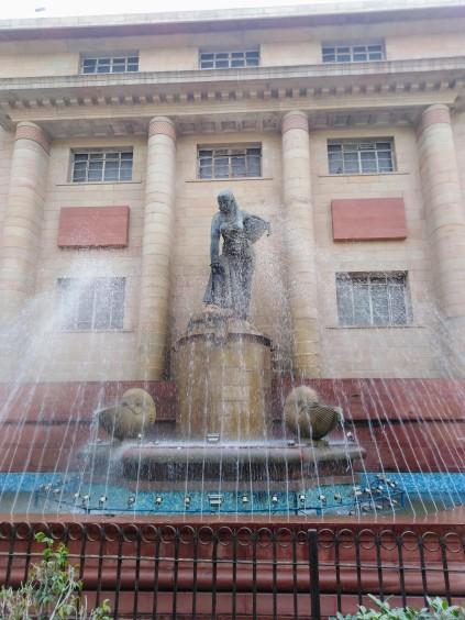 Brutal la escultura en el Museo Nacional de Delhi